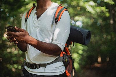 Mann mit GPS-Gerät im Wald.
