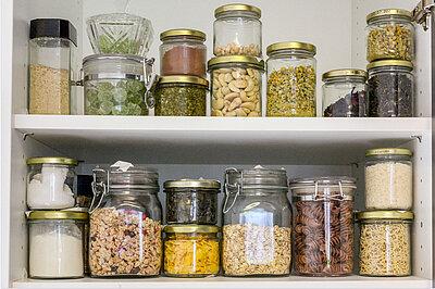 Hülsenfrüchte in Glasbehältern.