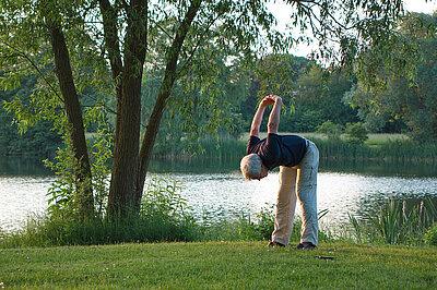 Mann praktiziert Yoga in der Natur.