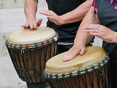 Zwei afrikanische Trommeln, Hände