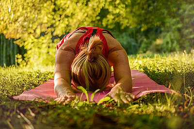 Frau praktiziert Yoga in der Natur.