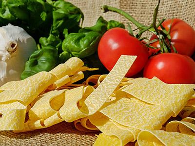 Italienische Pasta, Tomaten, Knoblauchknolle, Basilikum
