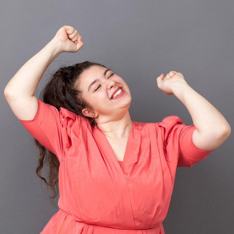 Kräftige Frau freut sich bei sportlicher Aktivität